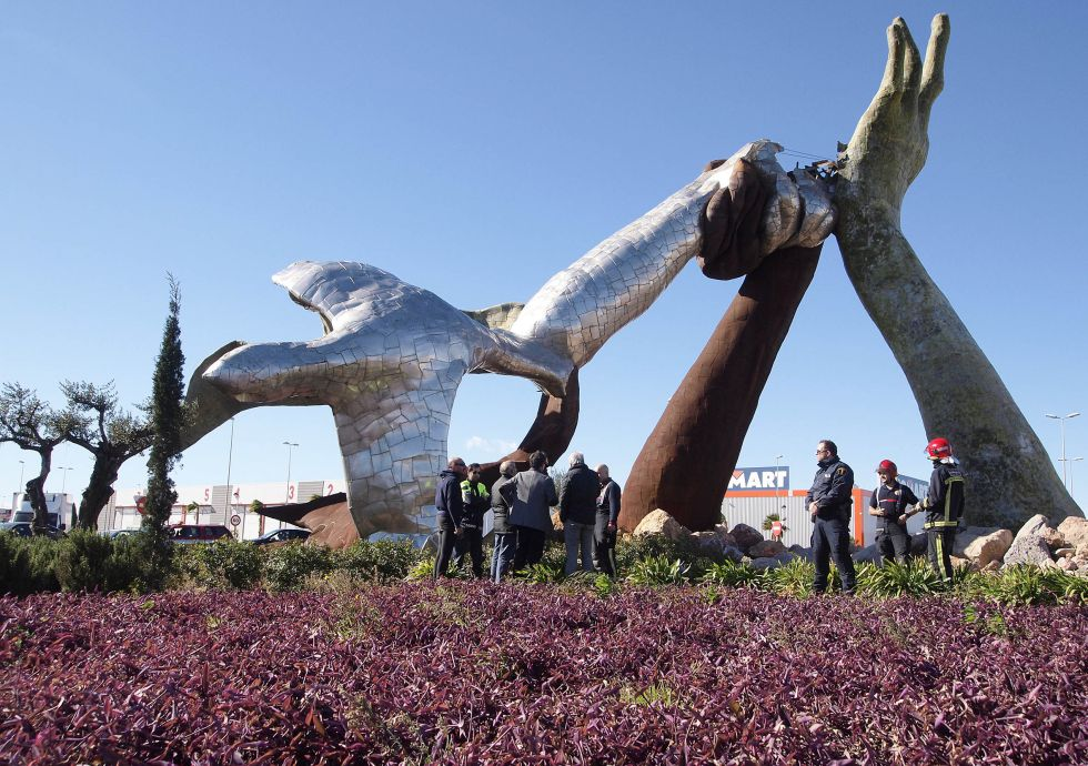 El fuerte viento derriba en castell n la escultura de la paz de ripoll s revista del - El tiempo torreblanca castellon ...